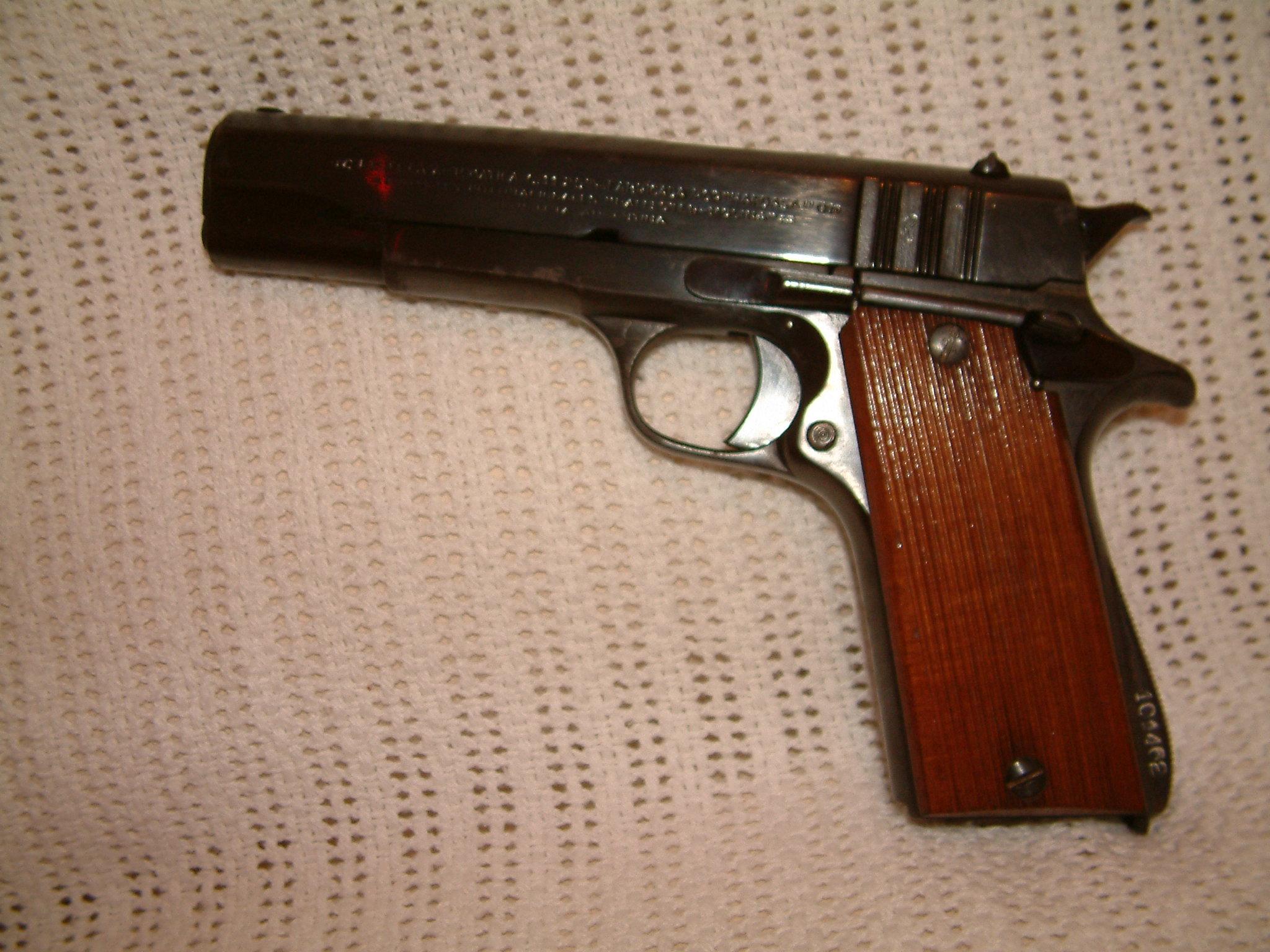 ... marca Ballester Molina calibre 45 Acp se entrega con dos cargadores